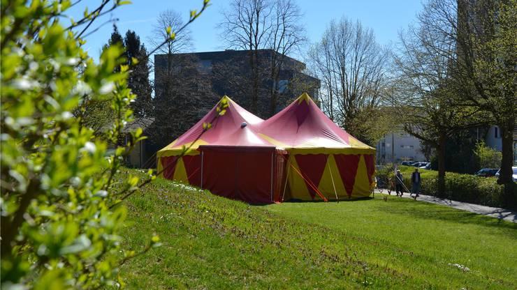 """Das Zirkuszelt des Circus Balloni steht auf dem Areal des Pflegezentrum """"Lindenfeld""""."""