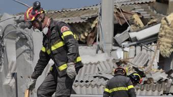 Feuerwehrleute in den Trümmern einer Fabrik in Medolla