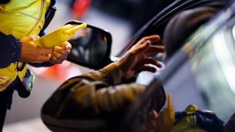 Alle Jahre wieder: In der Silvester-Nacht schauten auch einige Autofahrer zu tief ins Glas. (Symbolbild)