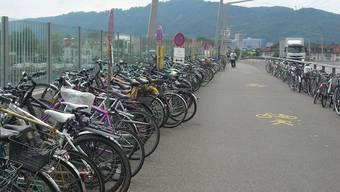Fahrräder, die nicht in den offiziellen Veloständern abgestellt sind, werden künftig abtransportiert. (Archivbild)