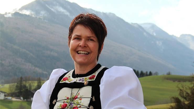 Silvia Meister in Solothurner Festtagstracht vor der Kulisse des Thals, beim Hof Untere Bultern in Matzendorf