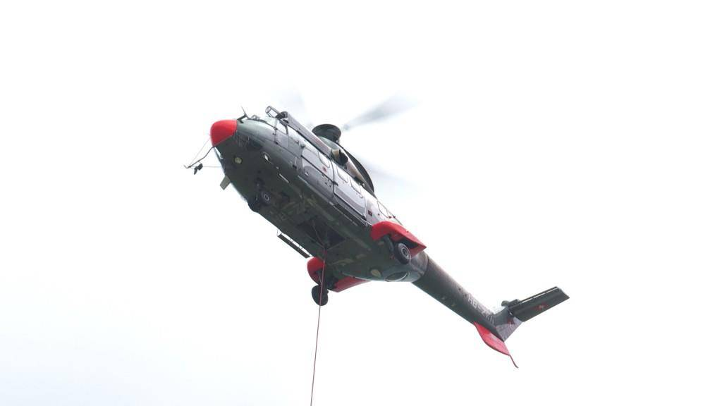 Mastenmontage mit dem Helikopter (© TVO)