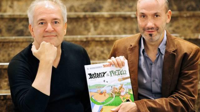 Didier Conrad (l.) und Jean-Yves Ferri mit dem neuen Asterix-Band