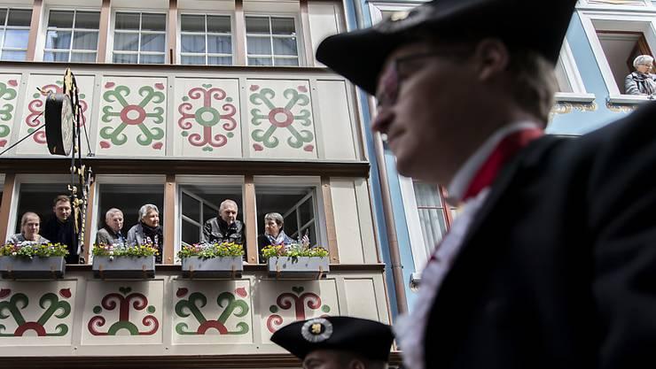 Zuschauer verfolgen den Aufzug der Landsgemeinde in Appenzell. (KEYSTONE/Christian Merz)..