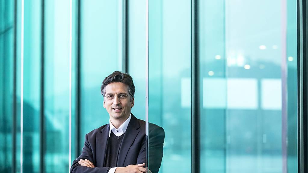 Michael Sanderling, der neue Dirigent des Luzerner Sinfonieorchesters, vor dem KKL Luzern, der Residenz des Orchesters. (Archivaufnahme)