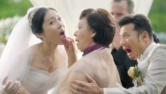 Demütigend: Wie ein Tier (oder eben einen Gebrauchtwagen) prüft die Mutter des Bräutigams ihre zukünftige Schwiegertochter.