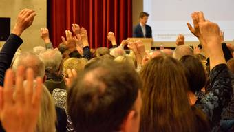 Handerheben ist an den Gemeindeversammlungen offensichtlich kein Problem, wie hier in Turgi. Kaum je wird eine geheime Abstimmung verlangt.