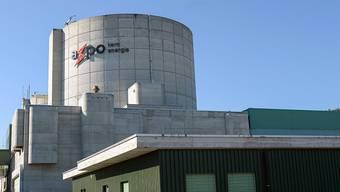 Der Reaktor 1 des AKW Beznau im Kanton Aargau ist seit März 2015 vom Netz. Greenpeace ruft nun die AKW-Betreiberin Axpo zu einem öffentlichen Hearing auf. (Archivbild)