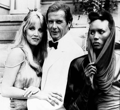 """A View to a Kill"": Roger Moore mit den Co-Stars Tanya Roberts und Grace Jones beim Chateau de Chantilly in der Nähe von Paris (1984)."