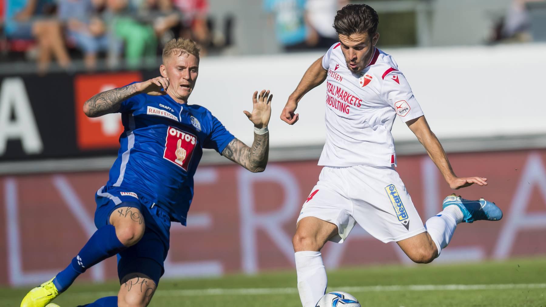 FCL-Spieler Marvin Schulz setzt zum Tackling gegen Sions Bastien Toma an.