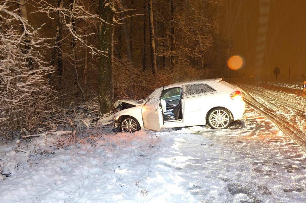 In Balgach übersah ein Autofahrer einen Weisspfahl und kollidierte anschliessend mit einem Baum