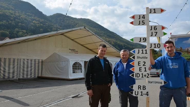 Haben alles im Griff (v.l.): Bauchef Rolf Halbeisen, Wirtschaftschef Heinz Halbeisen und Koordinator Andi Frei mit einem Wegweiser, von denen rund 300 Stück auf dem Festgelände verteilt werden.
