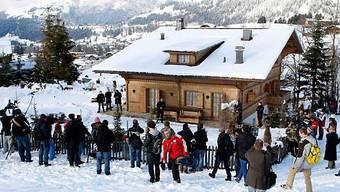 Das Gstaader Chalet der Familie Polanski, belagert von Journalisten
