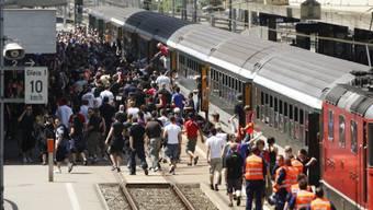 Fussballfans steigen aus einem Zug (Symbolbild)