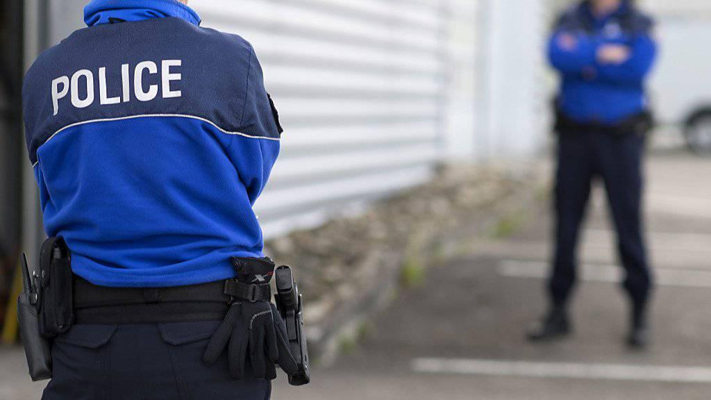 In den Freibergen ist ein junger Mann von einem Auto erfasst und tödlich verletzt worden. Den Autofahrer hielten Polizisten später an dessen Wohnort an. (Symbolbild)