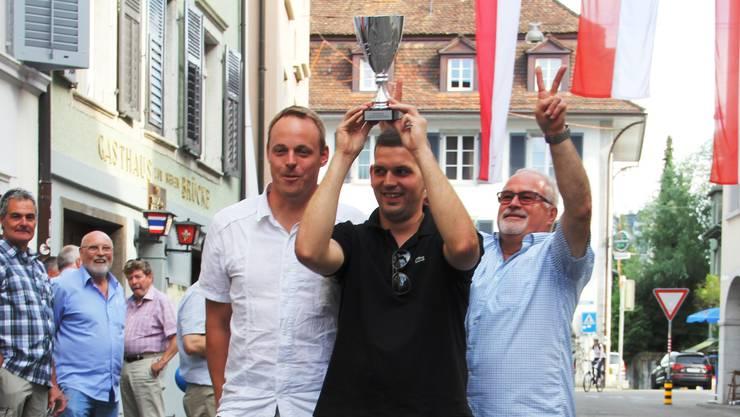 Sie spuckten am weitesten (v. l.): Gaudenz Oetterli, Sieger Dominik Tschanz und Kurt Füeg.