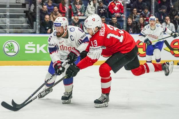 Der Norweger Jonas Holos (l.) im Duell mit Nico Hischier (r.): Doch Hirschier lässt sich nicht beirren und erzielt eiskalt das 2:0.