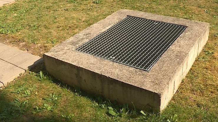 Der Schacht ist neben einem Spielplatz und rund viereinhalb-Meter tief.