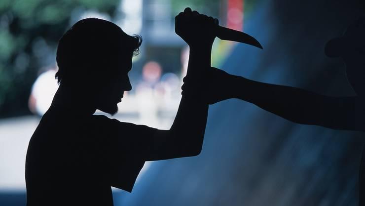 Die Angreifer bedrohen das Opfer mit einem Messer, um an Bargeld zu kommen.