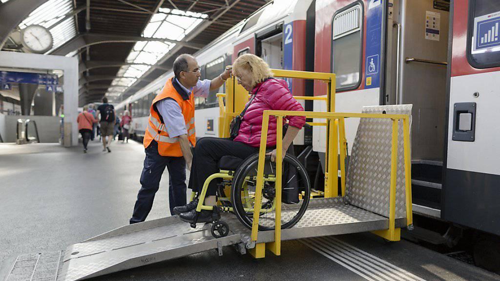 Bei vielen Fernverkehrszügen können zum Beispiel Menschen, die auf den Rollstuhl angewiesen sind, nicht selbständig ein- und aussteigen. Das soll sich ab 2024 ändern, wenn mindestens ein Zug pro Stunde und Richtung mit Niederflur-Einstieg verkehren soll. (Symbolbild)