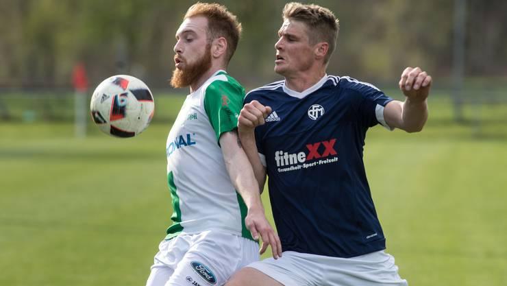 Es gilt wieder ernst auf den regionalen Fussballplätzen. Hier kämpfen Härkingens Silvan Gasser und der Mümliswiler Christian Bader duellieren sich um den Ball.