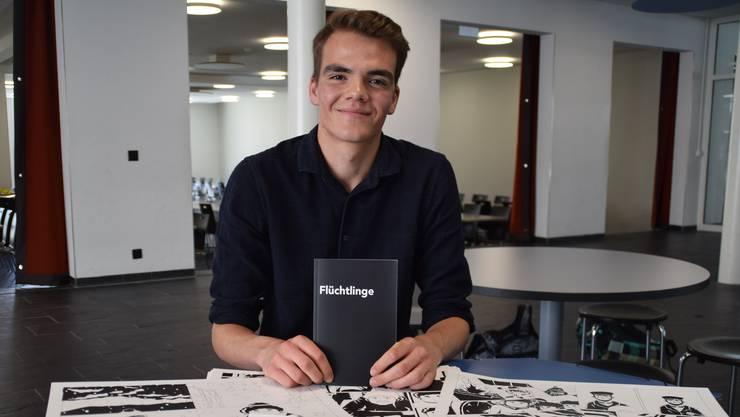 Tim Oechslin (18) hält sein Erstlingswerk in der Hand – vor ihm liegen die Originale, die er selbst gezeichnet und ausgemalt hat.