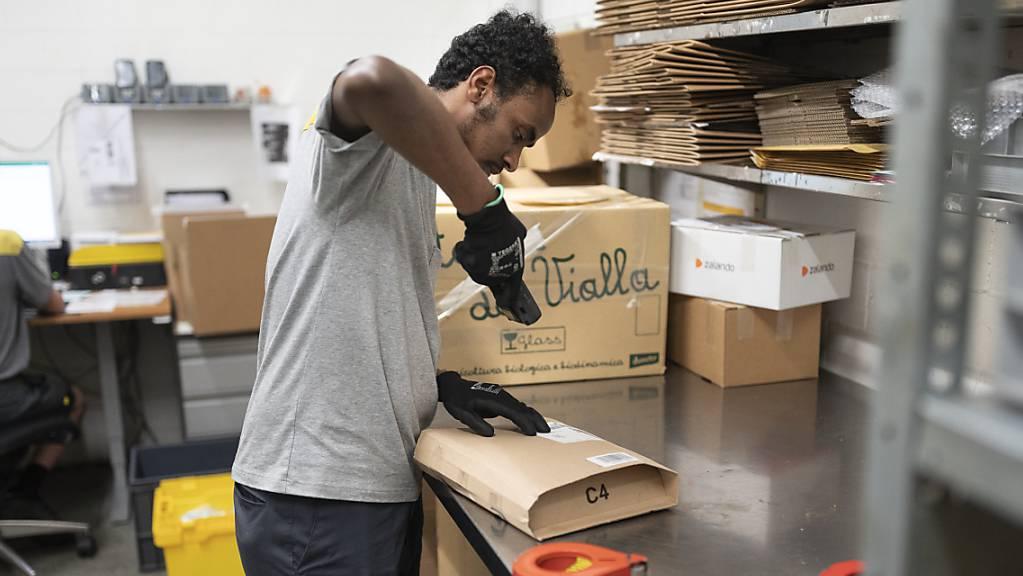 Zum Beispiel bei der Post: Ein Flüchtling aus Eritrea absolviert im Rahmen eines Pilotprojekts eine Integrationsvorlehre. (Archivbild)