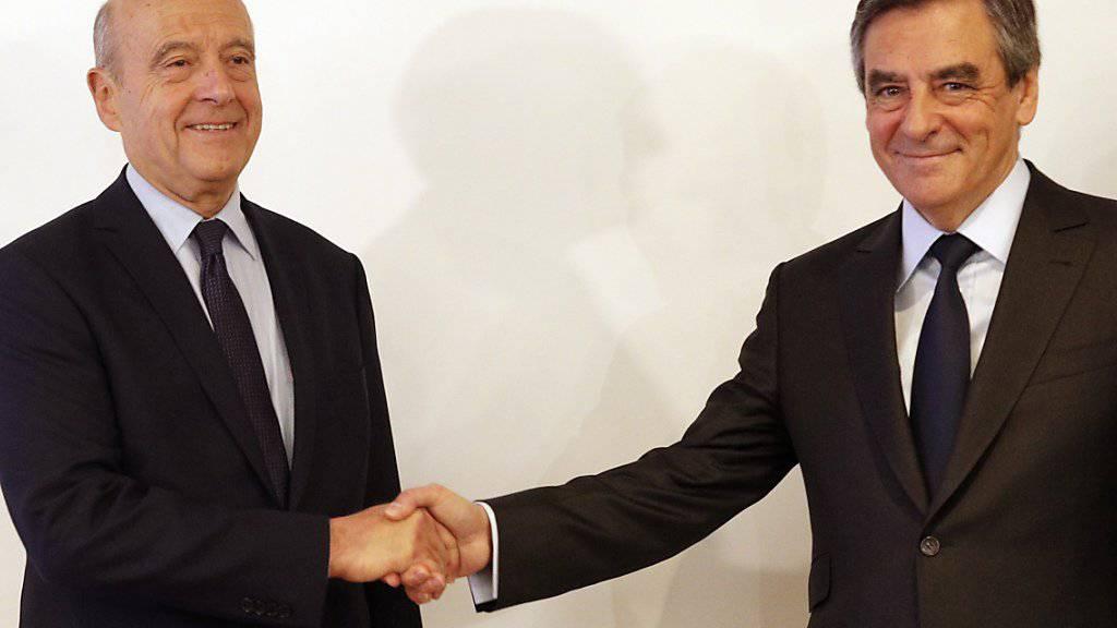 Alain Juppé (l.) gratuliert seinem Rivalen François Fillon zum Sieg in der Präsidentschaftsvorwahl der Konservativen in Frankreich.
