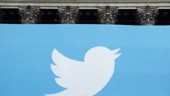 Das Twitter-Logo an der New Yorker Börse - die Börsianer feierten die jüngsten Quartalszahlen des Unternehmens, denn der Umsatz legte zu. (Archiv)