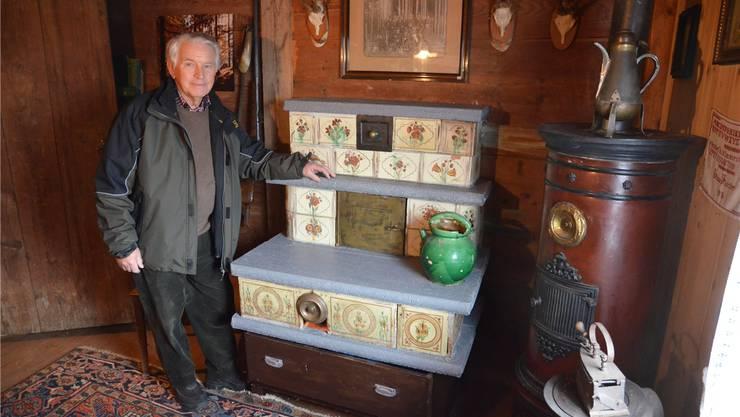 Bruno Käppeli mit dem neu aufgebauten Kachelofen im Ortsmuseum Postlonzihus in Merenschwand. ES