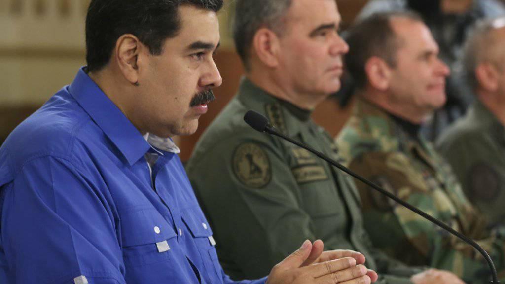 Nach dem Aufstand von Soldaten in Venezuela hat Präsident Nicolás Maduro (links) den Aufstand für gescheitert erklärt und dankte am Dienstagabend (Ortszeit) der Militärführung für den Mut «bei der Verteidigung des Friedens».