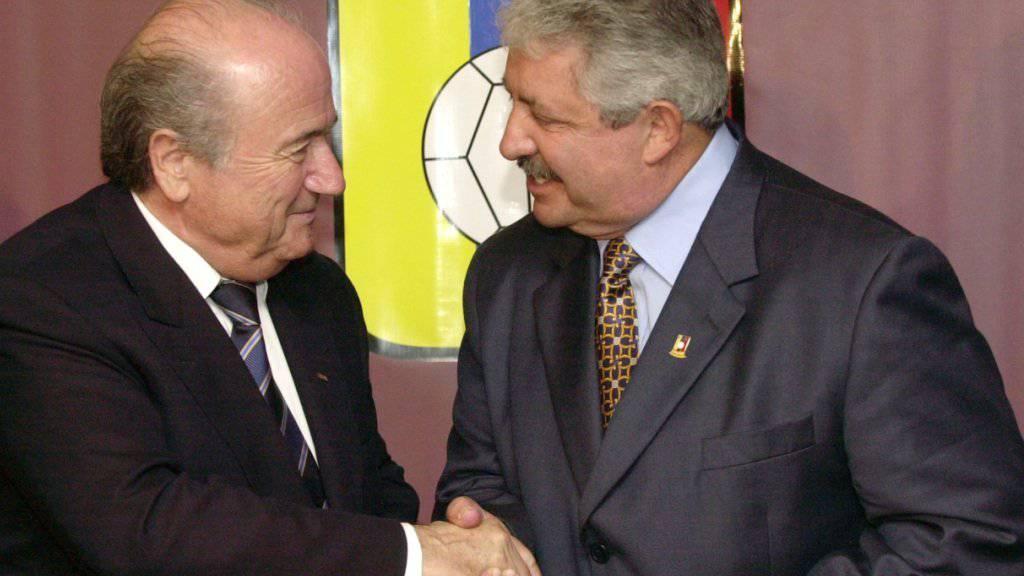 Bekennt sich schuldig zu US-Bestechungsvorwürfen: Ex-FIFA-Funktionär Esquivel (rechts) hier bei einem Treffen mit Sepp Blatter. (Archivbild)