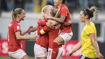 Wird von ihren Schweizer Teamkolleginnen nach dem 1:0 gegen Schottland stürmisch bejubelt: Lara Dickenmann (mit der gelben Armbinde)