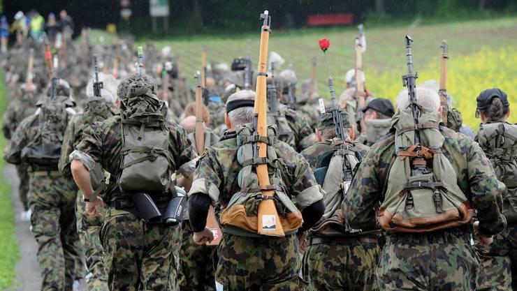 6,2 Kilogramm schwer muss der Rucksack sein, wie hier beim Lenzburger Waffenlauf, der jeweils Ende Mai stattfindet.