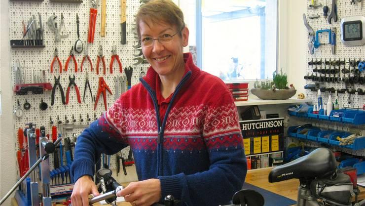 Weil die Kunden Velos immer häufiger im Internet kaufen, konzentriert sich «Velo-Huus»-Inhaberin Irene Meyer auf Reparaturen. ewi