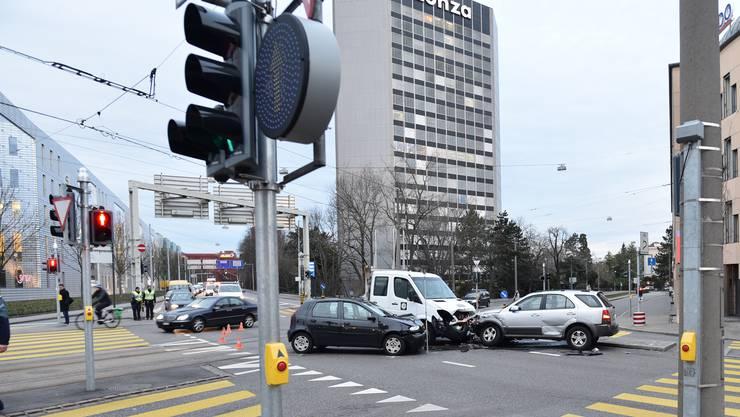 Drei Autos kollidierten am frühen Freitagmorgen miteinander.