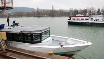 Beim Ausladen eines Tankschiffs beim Auhafen wurde der Rhein mit Öl verschmutzt. (Archiv)
