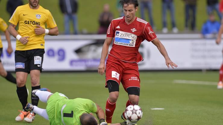 Roman Herger (Baden, rechts) wird von Goalie Boban Antic (links, Eschen/Mauren) im Strafraum gefoult.