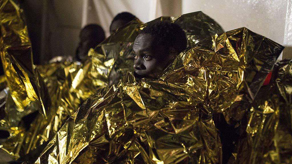 Flüchtlinge nach der Rettung aus dem Mittelmeer - um die gefährlichen Überfahrten über das Mittelmeer einzudämmen will Italien einen Afrika-Fonds einrichten. (Archiv)