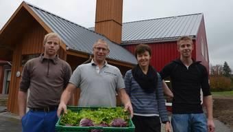 Familie Vollenweider mit (von rechts) Raphael, Marcel, Doris und Fabian vor dem neuen Verkaufsladen und den neuen Verarbeitungsräumen.