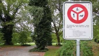 Bei einem der zahlreichen Eingänge des Friedhofes Sihlfeld werden die Besucher über die Benimmregeln informiert.