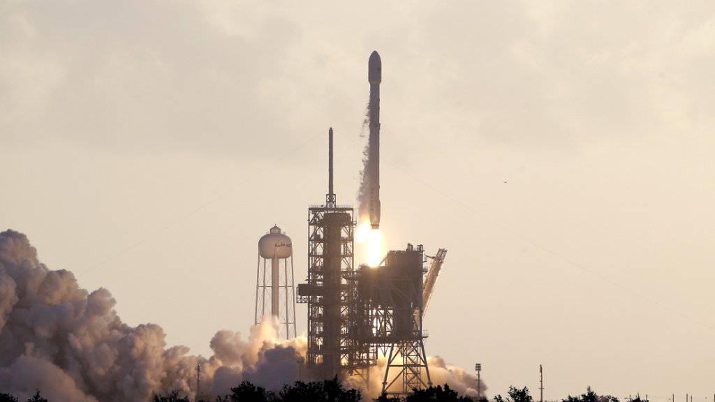 Das private US-Raumfahrtunternehmen SpaceX hat erstmals einen US-Militärsatelliten in die Erdumlaufbahn befördert.