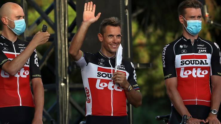 Bei der Tour-Vorstellung am Donnerstagabend stimmte die Laune beim ehemaligen Weltmeister Philippe Gilbert (Mitte) noch, am Sonntag jedoch musste er wegen einer gebrochenen Kniescheibe aufgeben