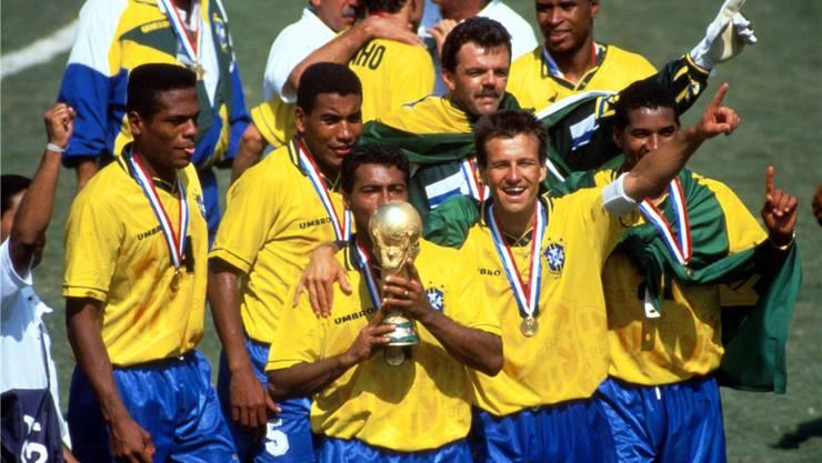 Siegerehrung an der Fussball-WM 1994: Der damalige Mannschaftscaptain Carlos Dunga (rechts neben Romario de Souza Faria mit dem Pokal) und einige seiner Mitspieler sollen jetzt den Fonds eines Pleitiers vergolden. IMAGO