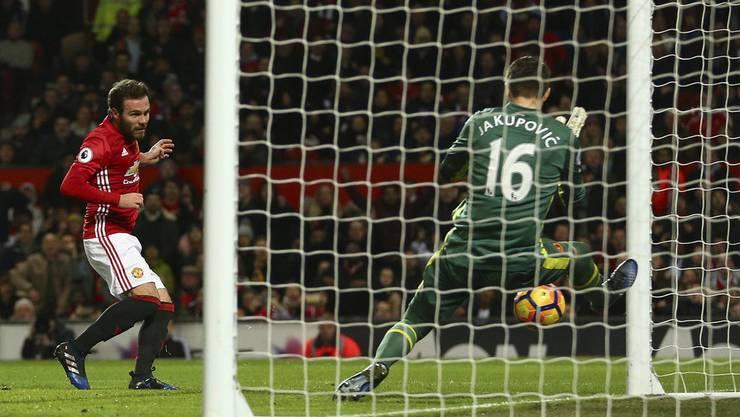 Eldin Jakupovic, hier mit Hull City anfangs 2017, wehrt den Versuch von Juan Mata ab – seine Leistungen bringen ihm einen Dreijahresvertrag bei Leicester ein, wo er nun in seine letzte Saison steigt. (Keystone)