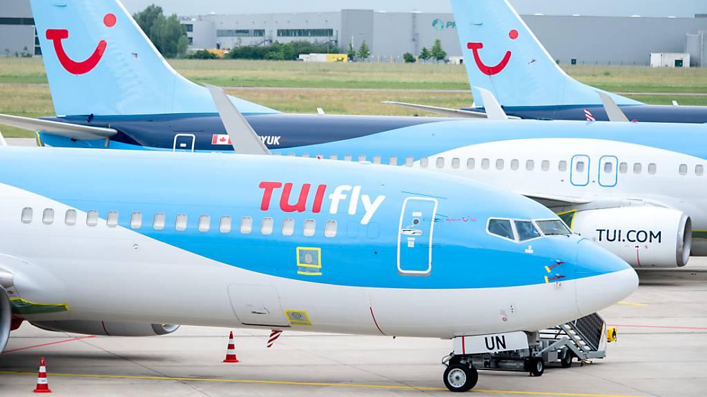 Reisende buchen wieder vermehrt bei Tui. Um staatliche Kredite zurückzubezahlen, nimmt das Unternehmen Geld auf. (Archivbild)