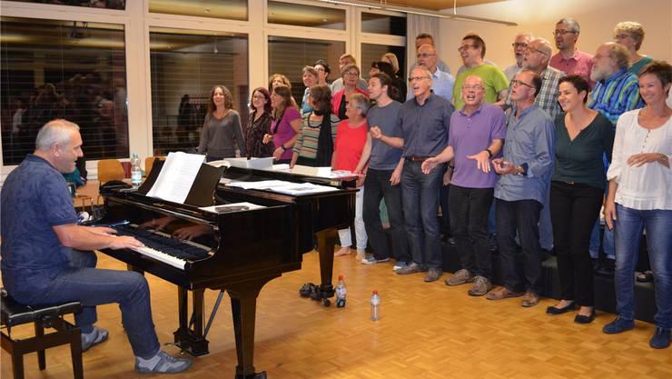 Seit acht Jahren dirigiert der Deutsche Richard Geppert (am Klavier) die Vindonissa Singers. Er hat schon Pop-Grössen wie Xavier Naidoo zum Durchbruch verholfen.