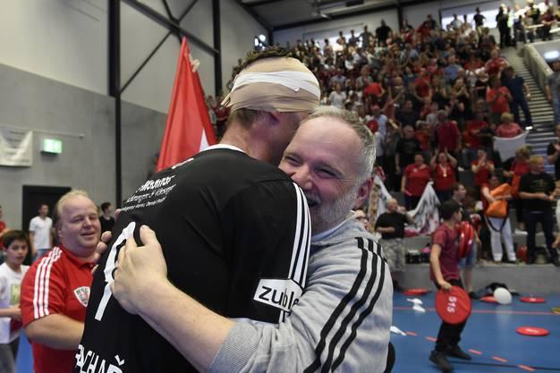 Trainer Guido Frei nimmt Martin Prachar (links mit Turban) in die Arme.