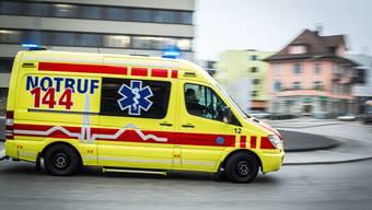 Der Unfall ereignete sich auf einer Baustelle in Kloten. Der Verunfallte wurde mit einem Rettungsfahrzeug ins Spital gebracht. (Symbolbild)