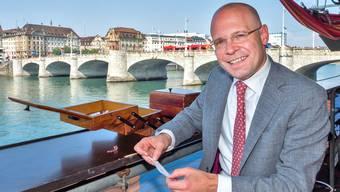 Im Nähkästchen der «Schweiz am Wochenende» sind verschiedene Begriffe als Lose drin. Baschi Dürr, hier an der Floss-Bar am Kleinbasler Rheinufer, hat «Neid» gezogen.